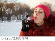 Купить «Девушка пускает мыльные пузыри», фото № 2880874, снято 19 декабря 2009 г. (c) Losevsky Pavel / Фотобанк Лори