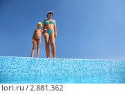 Купить «Молодая женщина с дочкой стоят на бортике бассейна», фото № 2881362, снято 21 июля 2010 г. (c) Losevsky Pavel / Фотобанк Лори