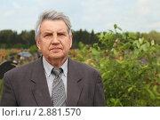 Купить «Пожилой мужчина на кладбище», фото № 2881570, снято 19 июня 2010 г. (c) Losevsky Pavel / Фотобанк Лори