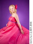 Молодая беременная женщина в розовом платье. Стоковое фото, фотограф Марина Теплякова / Фотобанк Лори