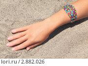 Купить «Женская рука с украшением на песке», фото № 2882026, снято 28 июля 2010 г. (c) Losevsky Pavel / Фотобанк Лори