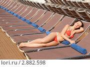 Купить «Молодая симпатичная девушка загорает на пляже», фото № 2882598, снято 15 апреля 2010 г. (c) Losevsky Pavel / Фотобанк Лори