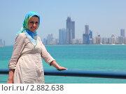 Купить «Улыбающаяся девушка в голубом платке на фоне зданий  Абу-Даби», фото № 2882638, снято 15 апреля 2010 г. (c) Losevsky Pavel / Фотобанк Лори