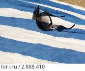 Очки, полотенце, песок. Стоковое фото, фотограф Королькова Татьяна Викторовна / Фотобанк Лори