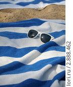 Солнцезащитные очки лежат на полотенце. Стоковое фото, фотограф Королькова Татьяна Викторовна / Фотобанк Лори