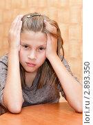 Купить «Расстроенная девочка подросток сидит, взявшись за голову», эксклюзивное фото № 2893350, снято 30 сентября 2011 г. (c) Игорь Низов / Фотобанк Лори