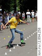 Купить «Спортсмен на роликовых коньках выполняет трюки», фото № 2894258, снято 23 июля 2011 г. (c) Андрей Правдивцев / Фотобанк Лори