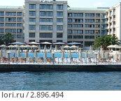 Вид на отель с бассейном с пролива (2009 год). Редакционное фото, фотограф Надежда Яблонская / Фотобанк Лори