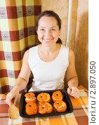 Купить «Женщина с готовыми  фаршированными помидорами», фото № 2897050, снято 14 ноября 2010 г. (c) Яков Филимонов / Фотобанк Лори