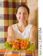 Купить «Женщина с фаршированными помидорами», фото № 2897054, снято 14 ноября 2010 г. (c) Яков Филимонов / Фотобанк Лори