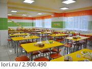 Купить «Накрытые столы в школьной столовой», фото № 2900490, снято 19 октября 2011 г. (c) Анна Мартынова / Фотобанк Лори