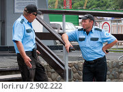 Купить «Разговор двух охранников», фото № 2902222, снято 5 августа 2011 г. (c) Вячеслав Палес / Фотобанк Лори