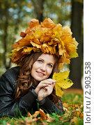 Купить «Девушка в осеннем парке в венке из кленовых листьев», фото № 2903538, снято 16 февраля 2019 г. (c) Дмитрий Калиновский / Фотобанк Лори