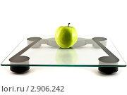 Электронные весы и зеленое яблоко. Стоковое фото, фотограф Фотиев Михаил / Фотобанк Лори
