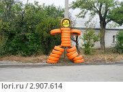 Купить «Шиномонтаж 24 часа в сутки. Яркая оранжевая фигурка человечка из старых шин», эксклюзивное фото № 2907614, снято 22 октября 2011 г. (c) Щеголева Ольга / Фотобанк Лори