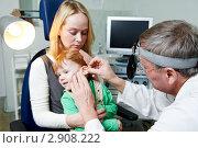 Купить «Доктор осматривает ухо ребенка», фото № 2908222, снято 17 июня 2019 г. (c) Дмитрий Калиновский / Фотобанк Лори