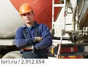 Купить «Строитель на фоне бетоносмесителя на стройке», фото № 2912654, снято 25 апреля 2019 г. (c) Дмитрий Калиновский / Фотобанк Лори