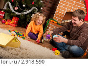 Купить «Девочка играет с папой у новогодней елки», фото № 2918590, снято 21 ноября 2019 г. (c) Ольга Хорькова / Фотобанк Лори