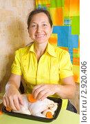 Купить «Женщина фарширует курицу», фото № 2920406, снято 7 октября 2010 г. (c) Яков Филимонов / Фотобанк Лори