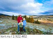 Купить «Семья в Карпатских горах зимой», фото № 2922402, снято 16 октября 2011 г. (c) Юрий Брыкайло / Фотобанк Лори