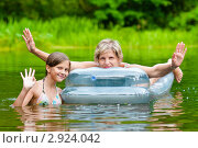 Купить «Счастливая семья.Мама и дочка плавая на надувном матрасе  машут руками.», эксклюзивное фото № 2924042, снято 24 июля 2011 г. (c) Игорь Низов / Фотобанк Лори