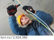 Купить «Электромонтажные работы в новом здании», фото № 2924386, снято 22 января 2020 г. (c) Дмитрий Калиновский / Фотобанк Лори