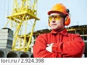 Купить «Портрет рабочего на фоне строительного крана», фото № 2924398, снято 28 января 2020 г. (c) Дмитрий Калиновский / Фотобанк Лори