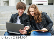 Купить «Студенты сидят на лестнице с тетрадями и ноутбуком», фото № 2924654, снято 15 июня 2018 г. (c) Дмитрий Калиновский / Фотобанк Лори