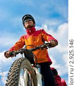 Купить «Велосипедист на горном велосипеде на фоне голубого неба», фото № 2925146, снято 5 мая 2009 г. (c) Дмитрий Наумов / Фотобанк Лори