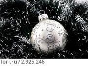 Купить «Елочный шар среди мишуры», фото № 2925246, снято 21 сентября 2008 г. (c) Дмитрий Наумов / Фотобанк Лори