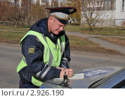 Купить «Инспектор ДПС оформляет протокол», эксклюзивное фото № 2926190, снято 14 октября 2011 г. (c) Free Wind / Фотобанк Лори