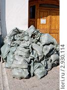 Купить «Мешки с мусором около входа в здание», фото № 2930114, снято 14 августа 2011 г. (c) Илюхина Наталья / Фотобанк Лори