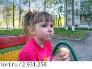 Девочка ест мороженое  в сквере. Стоковое фото, фотограф Нелинов Сергей / Фотобанк Лори