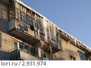 Скопление сосулек и льда на крыше. Стоковое фото, фотограф Потолоков Роман Игоревич / Фотобанк Лори