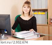 Купить «Девушка изучает документы в офисе», фото № 2932674, снято 12 марта 2011 г. (c) Яков Филимонов / Фотобанк Лори