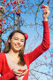 Улыбающаяся девушка с ягодами боярышника, эксклюзивное фото № 2934178, снято 7 ноября 2011 г. (c) Майя Крученкова / Фотобанк Лори