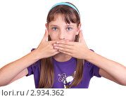 Девочка закрыла рот руками. Стоковое фото, фотограф Нилов Сергей / Фотобанк Лори