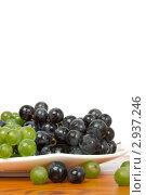Купить «Зелёный и красный виноград на белом фоне», фото № 2937246, снято 13 октября 2011 г. (c) Allika / Фотобанк Лори