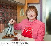 Купить «Женщина с селедкой на кухне», фото № 2940286, снято 19 февраля 2011 г. (c) Яков Филимонов / Фотобанк Лори