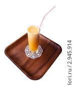 Свежевыжатый сок на деревянном подносе на белом фоне. Стоковое фото, фотограф хлебников алексей / Фотобанк Лори