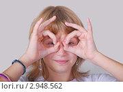 Купить «Девушка с пальцами около глаз в виде очков», фото № 2948562, снято 17 октября 2011 г. (c) Алёшина Оксана / Фотобанк Лори