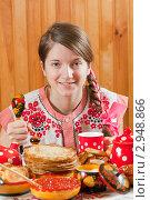 Купить «Девушка за масленичным столом», фото № 2948866, снято 6 марта 2011 г. (c) Яков Филимонов / Фотобанк Лори
