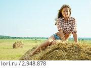 Купить «Девушка на стоге сена», фото № 2948878, снято 11 июля 2010 г. (c) Яков Филимонов / Фотобанк Лори
