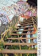 Лестница на фоне кирпичной стены обрисованной граффити (2010 год). Редакционное фото, фотограф Евгений Потькало / Фотобанк Лори