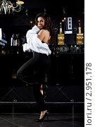Купить «Девушка в шубке возле барной стойки», фото № 2951178, снято 18 января 2019 г. (c) Гурьянов Андрей / Фотобанк Лори