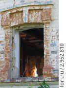Окно заброшенного деревенского дома. Стоковое фото, фотограф Роман Угольков / Фотобанк Лори