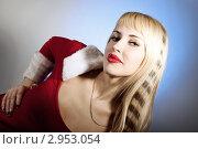 Красивая блондинка в новогодней одежде на голубом фоне. Стоковое фото, фотограф Сергей Павлов / Фотобанк Лори