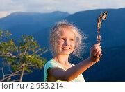 Купить «Девочка держит ветку с бабочкой на фоне гор», фото № 2953214, снято 5 августа 2011 г. (c) Юрий Брыкайло / Фотобанк Лори