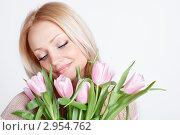 Красивая молодая женщина с букетом тюльпанов. Стоковое фото, фотограф Екатерина Штерн / Фотобанк Лори