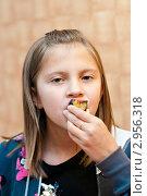 Девочка ест сливу. Стоковое фото, фотограф Игорь Низов / Фотобанк Лори